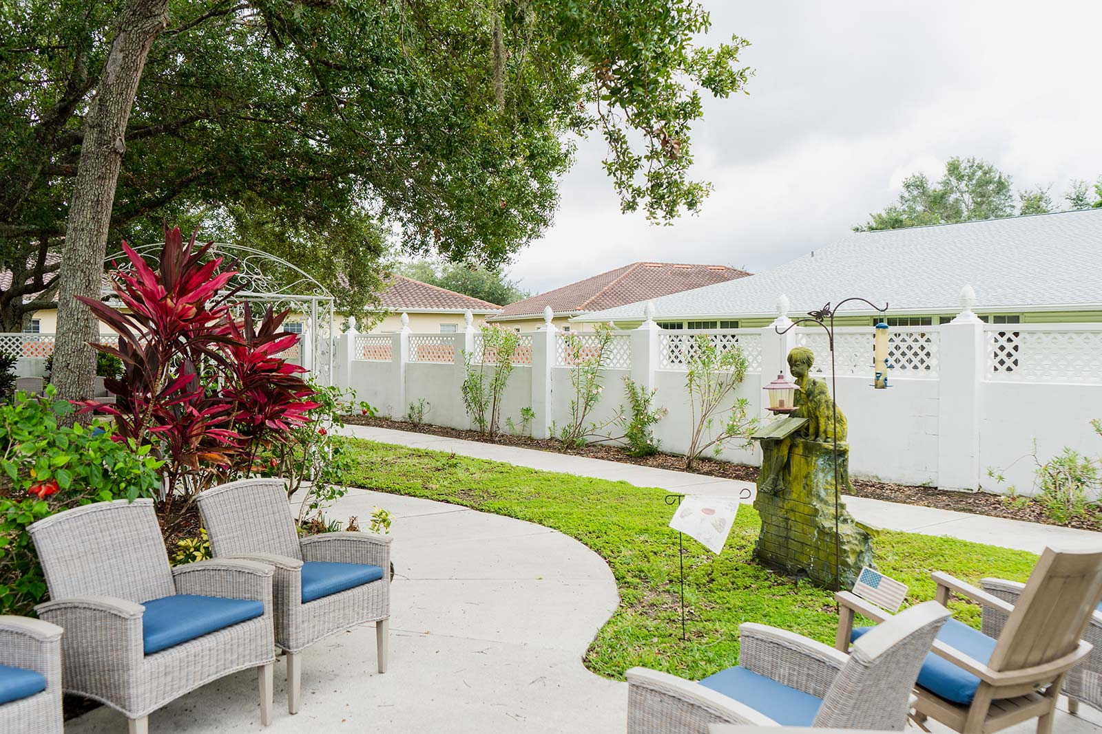 Outdoor courtyard at Heron House assisted living and memory care community in Sarasota, FL